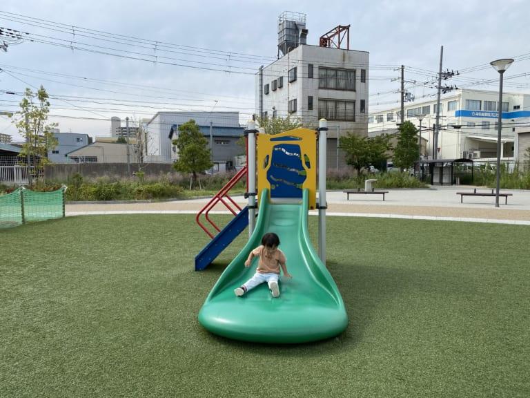 幼児専用の芝生スペースが嬉しい♡大東市「新田中央公園」は子連れに優しい遊び場